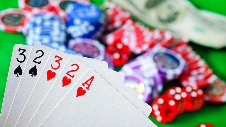 Mitos Yang Membantu Anda Bermain Poker Online